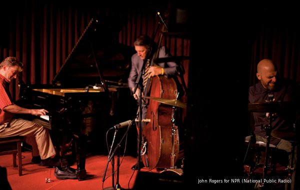 BillyPeterson atVillageVanguard2003 on stage withBCarrothes DKing